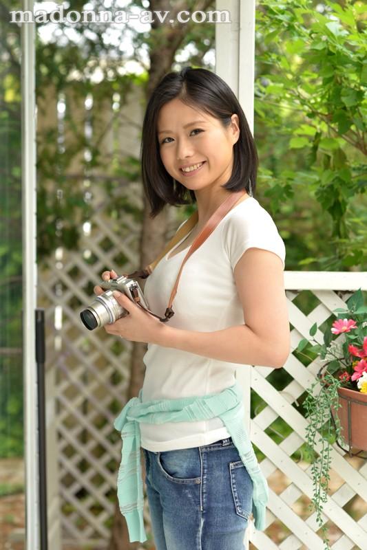 初撮り本物人妻 AV出演ドキュメント ~美しすぎるカメラ女子人妻30歳~ 最上ゆり子 の画像1
