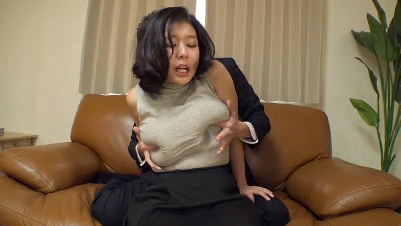 ノーブラおっぱいで誘惑してくる欲求不満な人妻 着衣なのにただの裸より断然卑猥に見えるけしからんエロボディに中出し!リアル乳袋を揉みしだき、服の上からベロで舐め回すと乳首が透けて丸見えに! の画像4