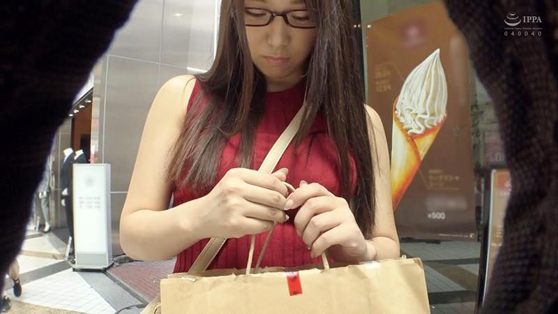 地味メガネのくせに胸を強調したニットを着ている爆乳Hカップ娘 画像13枚