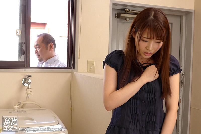 欲求不満な団地妻と孕ませオヤジの汗だく濃厚中出し不倫 本田岬 の画像1