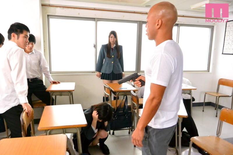 クラスメイトをかばって身体を捧げたおっぱい学級委員長 香山美桜