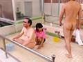入浴介助で男湯に入って来た美人ヘルパーに勃起チ○ポ見せつけ! 欲求不満なヘルパーたちは入浴介助中にも関わらず僕のチ○ポに興味津々で自らセックスを求めてきた! 4