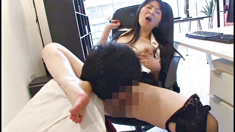 働く美熟女 オフィスでムリヤリ発射 10名4時間 の画像3