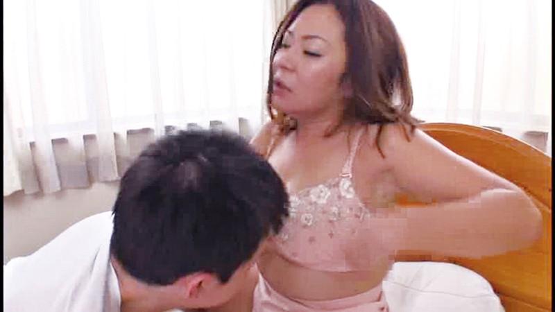 夫に内緒で息子と絡み合う五十路母 8人4時間 の画像16