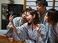 寝取られ社員旅行 女上司と一発ヤリたがる部下達にどんどん飲まされ泥酔した妻 僕とビデオ通話してる最中に中出しされていたなんて… 篠田ゆう 20