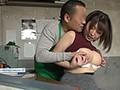 昼休みに職場を抜けて便所でウリする生中OKパート妻 篠崎かんな 画像11