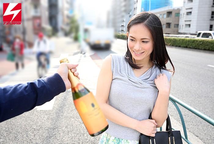 「スパークリングワインの試飲をしてくれませんか?」お誘いした上品なお姉さまに媚薬入りドリンクを飲...のサンプル画像1