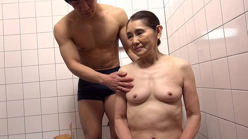 娘の隣で孫の卑猥な電マ責めを受けるお婆ちゃん