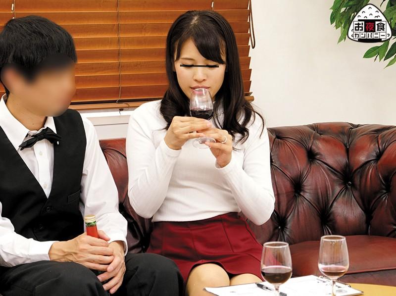 素人男女観察!モニタリングAV あなたの妻はワインの試飲会でイケメン男性とセックスしてしまうのか?ワイン試飲会で酔っ払ってしまった奥様は、こっそりイケメンに誘われたらどうなる?美味しいワイン、超タイプのイケメン。そしてほどよく酔いが回り火照った体。果たして… の画像1