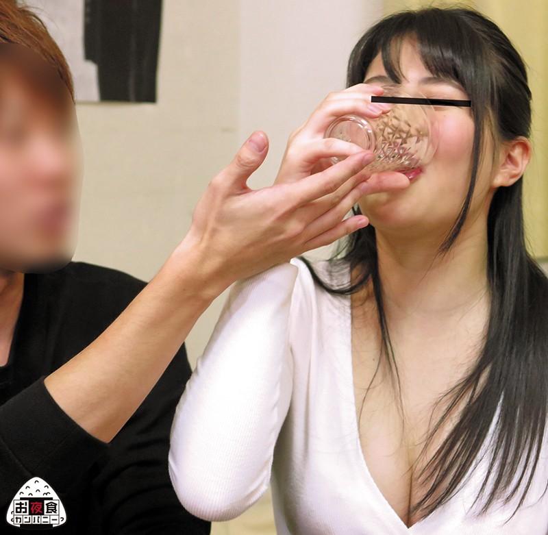気付いたらヤラれてた…。自業自得のヤリコン参加!!私が彼氏に振られて落ち込んでいるのを見かねた女友達(※私から見てもヤリマン)が私のために飲み会を開催!!ついつい飲み過ぎてしまい終電を逃してしまい初めて会った男の家で飲みなおす事に!!女友達の勧めもあっ… の画像7