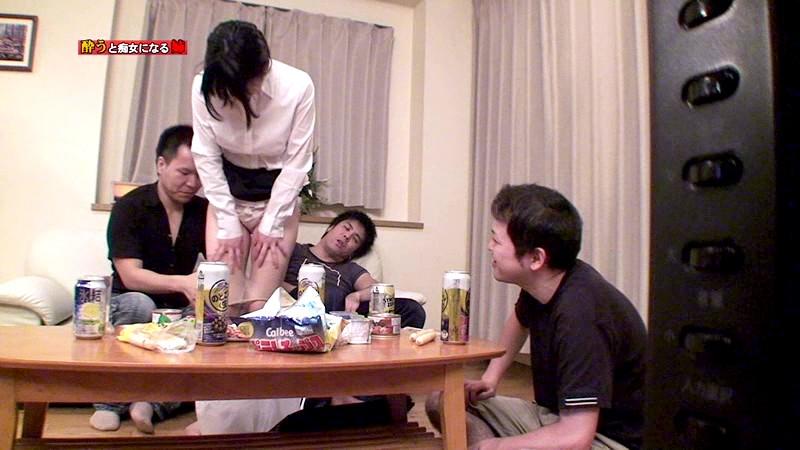 酔うといつもチンポを触ってくる姉がどこまでスケベになるか試してみた の画像4