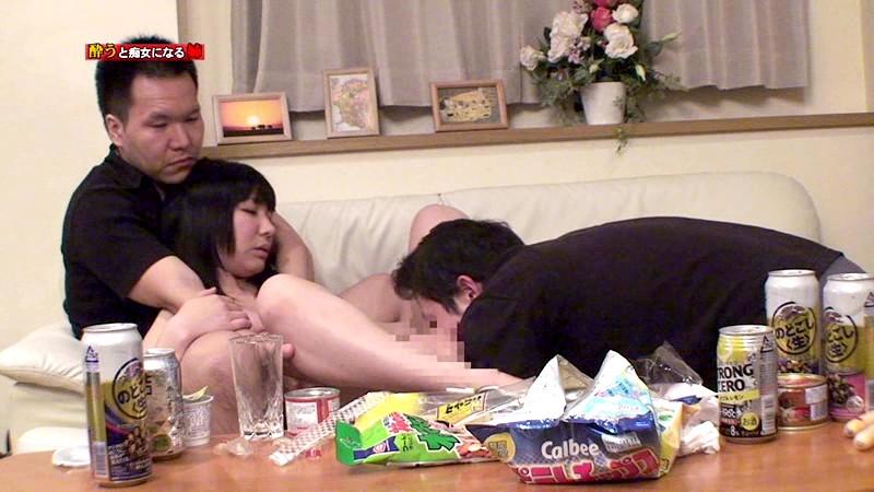 酔うといつもチンポを触ってくる姉がどこまでスケベになるか試してみた の画像9