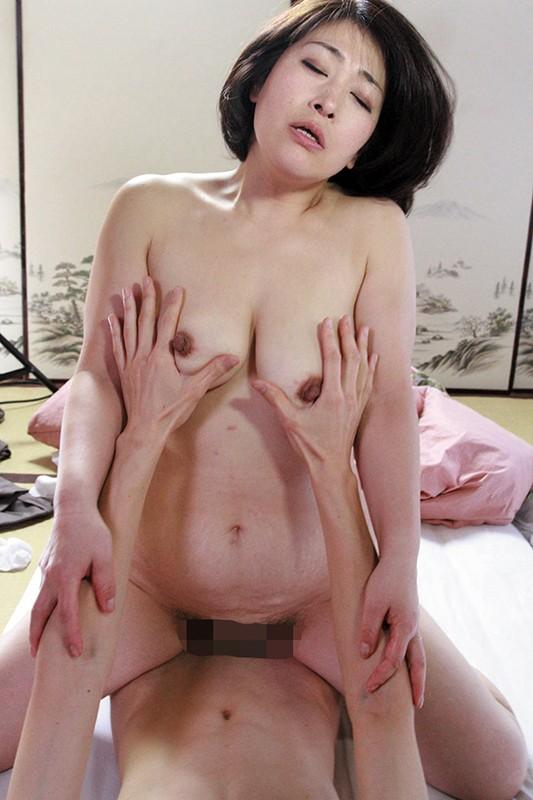 帰省したら欲求不満の母に迫られセックス三昧 の画像7