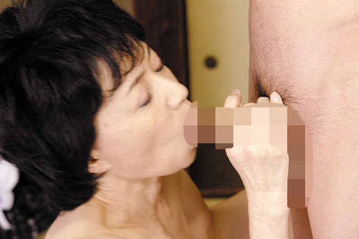 帰省したら欲求不満の母に迫られセックス三昧 の画像16