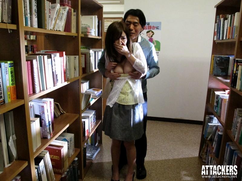 痴漢図書館 こんな所で…なのに、なのに私ったら…! かすみ果穂 の画像2