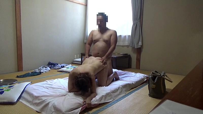 美人と評判の仲居さんがいる旅館に行って仲居さんを強引に口説いてハメ倒した盗撮映像 の画像2