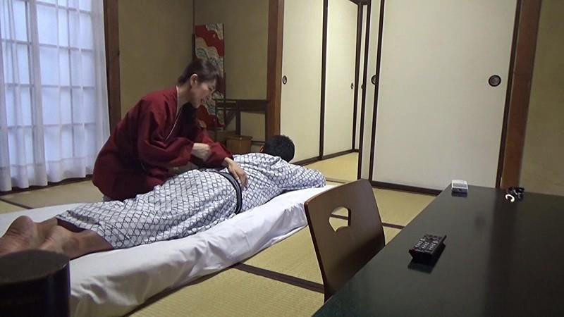 美人と評判の仲居さんがいる旅館に行って仲居さんを強引に口説いてハメ倒した盗撮映像 の画像18