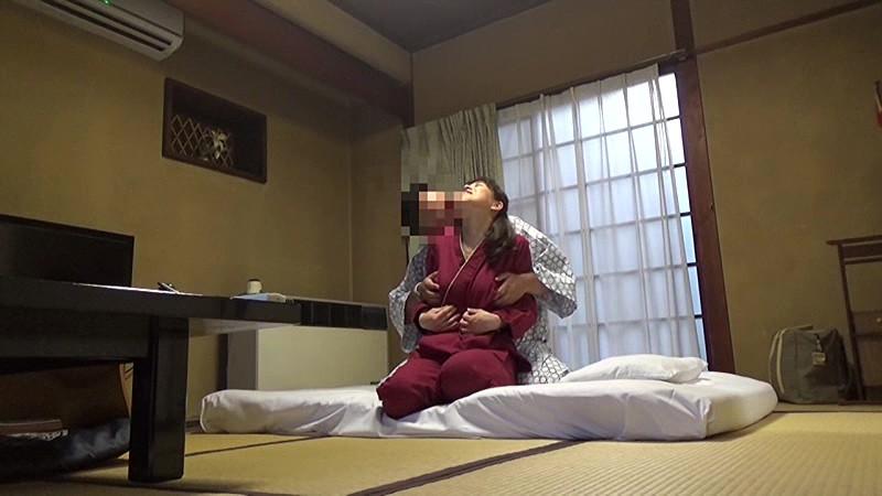 美人と評判の仲居さんがいる旅館に行って仲居さんを強引に口説いてハメ倒した盗撮映像 の画像17