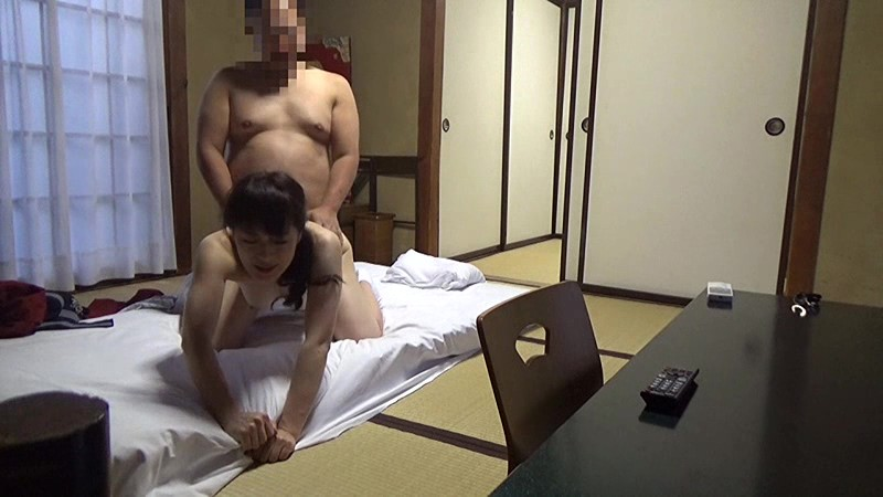 美人と評判の仲居さんがいる旅館に行って仲居さんを強引に口説いてハメ倒した盗撮映像 の画像13