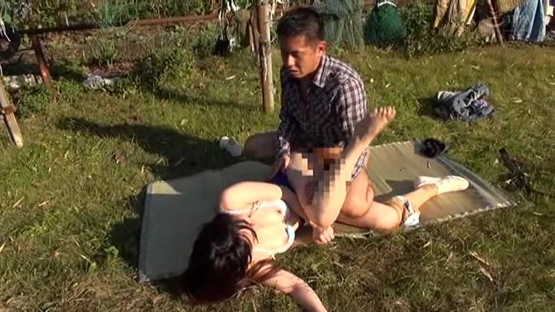 青姦熟女2 野外でおっぱい震わせてイキ果てる淫乱オンナの性 の画像2