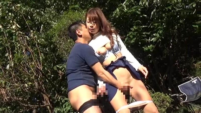 青姦熟女2 野外でおっぱい震わせてイキ果てる淫乱オンナの性 の画像18
