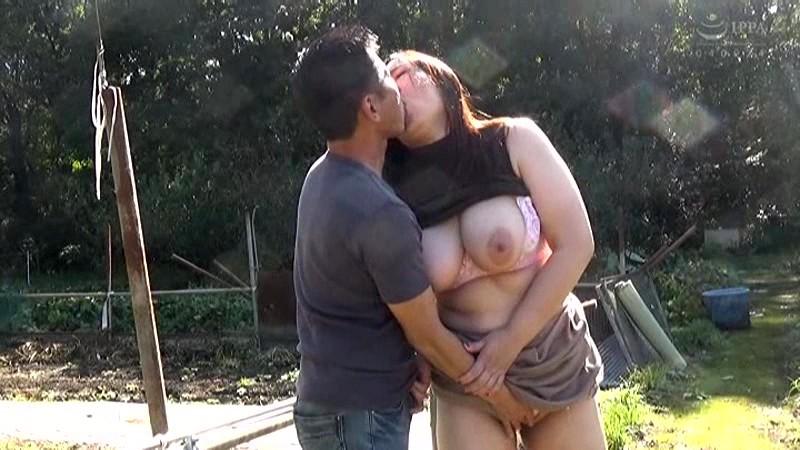 青姦熟女2 野外でおっぱい震わせてイキ果てる淫乱オンナの性 の画像13
