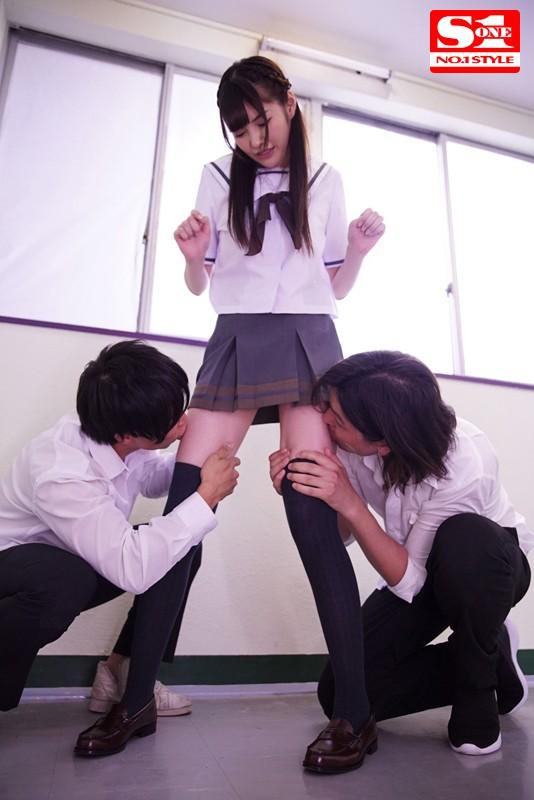 魅惑の'絶対領域'女子校生 ミニスカート、ニーハイ、生脚チラリズム。 橋本ありな
