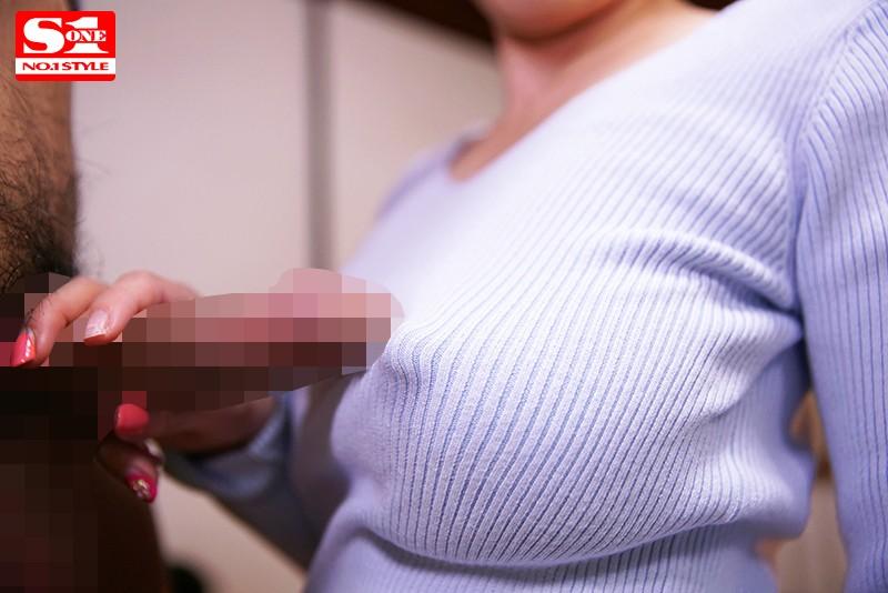 透け乳首で隣人を勃起させ笑みを浮かべるヤリたがり巨乳妻 奥田咲 の画像6