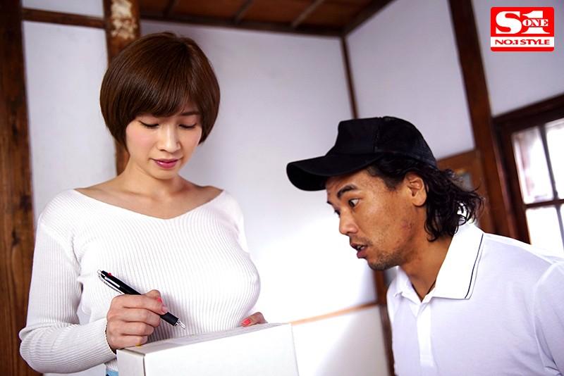 透け乳首で隣人を勃起させ笑みを浮かべるヤリたがり巨乳妻 奥田咲 の画像2