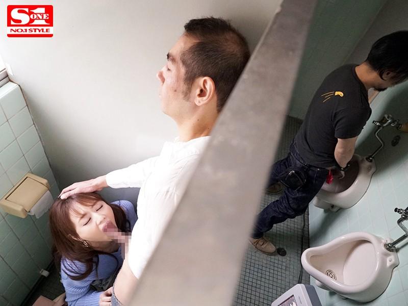 声を出せない緊迫シチュエーションで強制嗚咽サイレントイラマチオ 吉沢明歩 の画像5