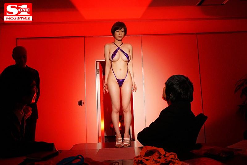 裸よりも恥ずかしい新作の極小水着モデルをさせられて 奥田咲のサンプル画像4