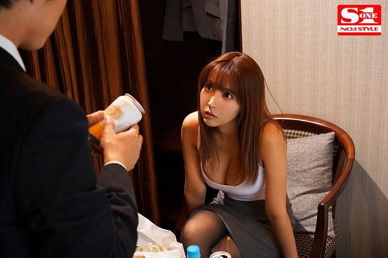 巨乳上司と童貞部下が出張先の相部屋ホテルで…いたずら誘惑を真に受けた部下が10発射精の絶倫性交 三上悠亜