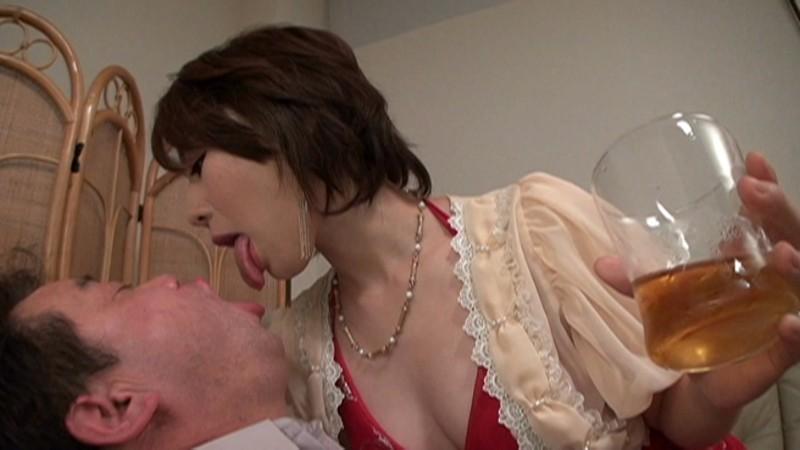【お得セット】人妻宅飲み卑猥サービス始めました 成宮いろは 丘咲エミリ 浜崎真緒 の画像14
