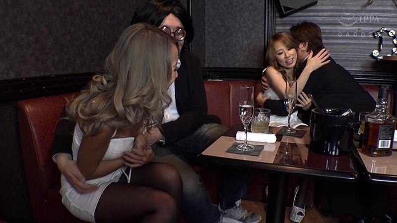 エロい客を断り切れないエリカ&まりなは、セクハラされまくりのパブホステス の画像7