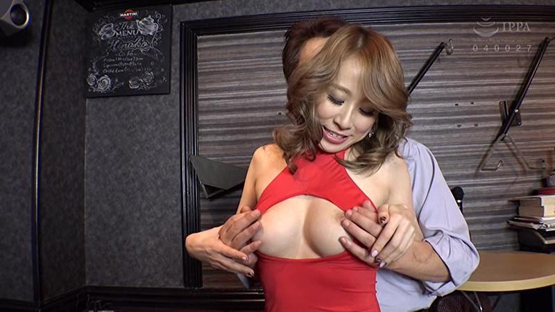 エロい客を断り切れないエリカ&まりなは、セクハラされまくりのパブホステス の画像11