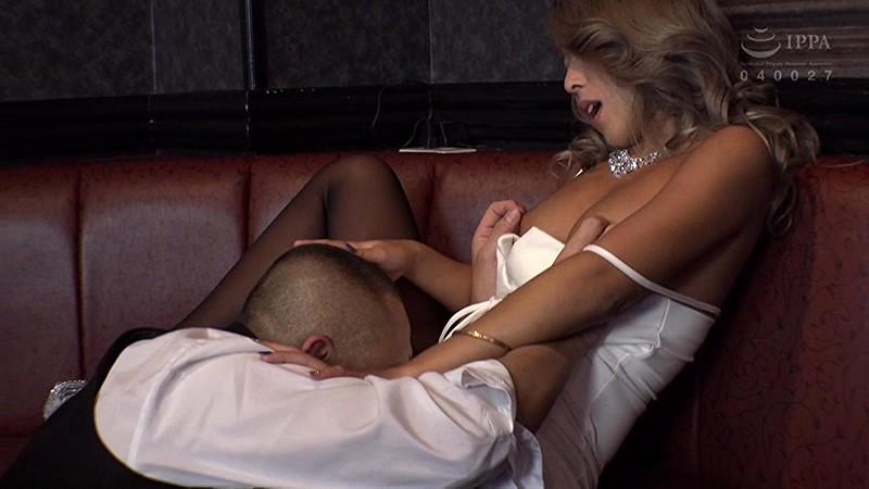 エロい客を断り切れないエリカ&まりなは、セクハラされまくりのパブホステス の画像6