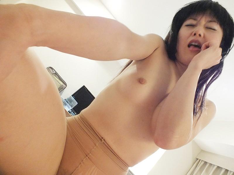 人妻、三浦レミ(愛葉こゆき)出演の騎乗位無料熟女動画像。突然生理で生ハメ中出しOKに!