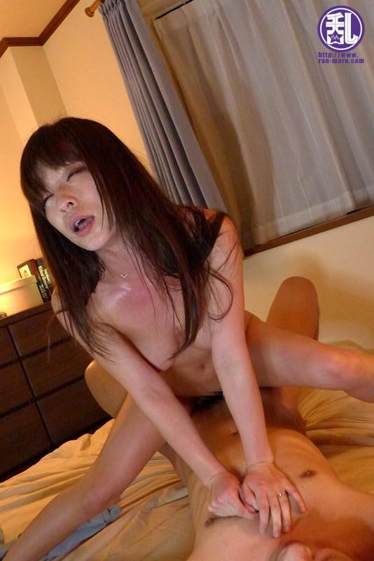淫乱団地妻 他人棒でトロトロになった妻からの淫乱ビデオレター かすみ果穂 の画像1