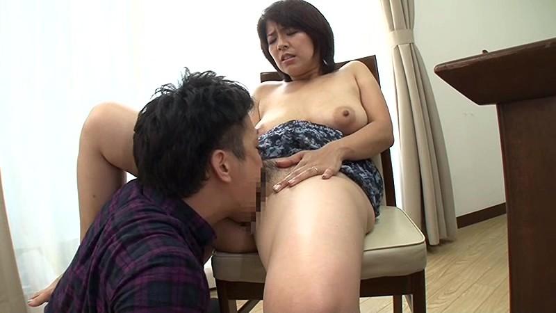 父が出かけて2秒でセックスする母と息子 笹山希 の画像7