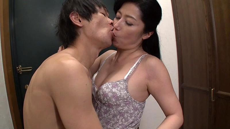 父が出かけて2秒でセックスする母と息子 七海ひさ代 の画像2