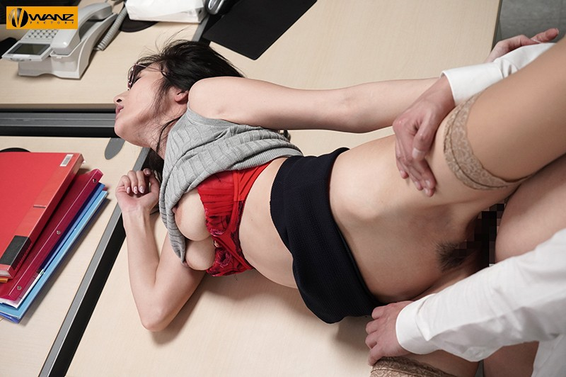 クールでエリート爆乳女上司が朝まで絶頂オーガズム 無能な部下の巨根で何度も膣奥突かれたJ部長 JULIA