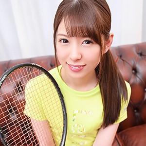 テニスウェアを着た20歳の女子大生と[spor0017/ゆう/黒船提督]