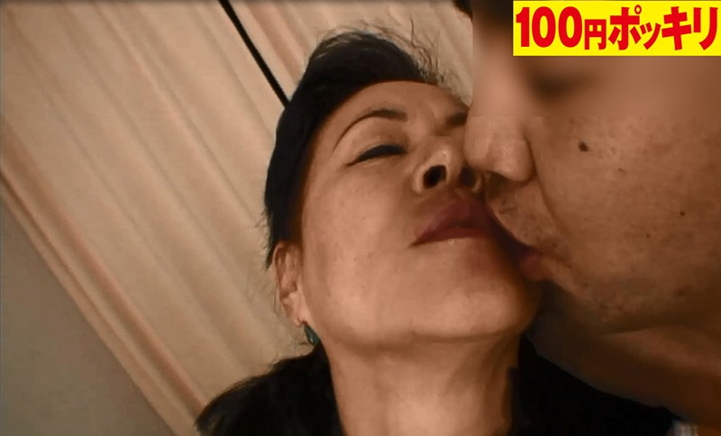とにかくキスが好きでたまらない!男の顔までペロペロ舐めまくる独身熟女は寂しがり屋のセックス依存症 画像2