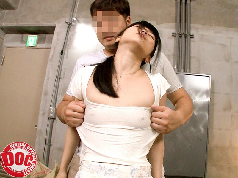 まさかノーブラ!?貧乳美人店員がコリコリに勃った乳首に気付かず働く姿に興奮してしまい…2
