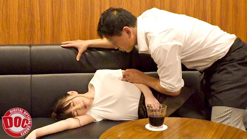 まさかノーブラ!?貧乳美人店員がコリコリに勃った乳首に気付かず働く姿に興奮してしまい… 5