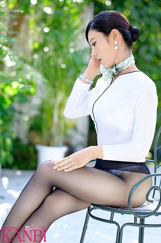 現役国際線キャビンアテンダント 神美脚人妻 長谷川美菜 35歳 AVデビュー 最上級ファーストクラス人妻 2枚目
