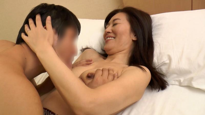 配信サイトで記録的な売り上げを叩き出した伝説の熟女ナンパ 神動画 妊娠絶対NGマ○コにドピュっと中出し4時間 12人 の画像5