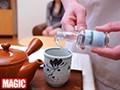 (118rix00058)[RIX-058] 利尿剤入りのお茶を飲まされた女性客が催す尿意に耐えられず着衣お漏らし!!強制失禁マッサージ ダウンロード 1