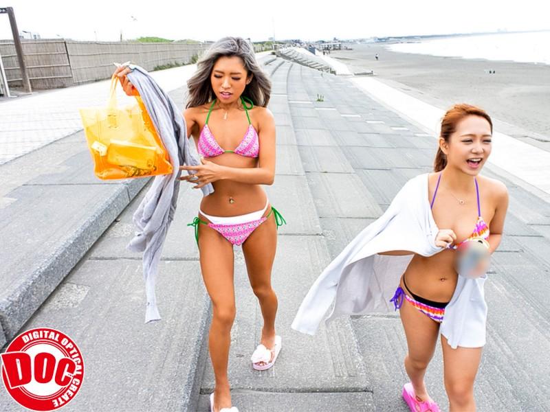 夏のビーチでエロ娘達のレイヤード水着チェック! 2枚目