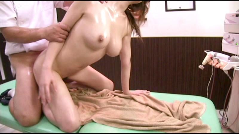 だまされた無垢な田舎娘 シロムチ巨乳女子大生上京オイルマッサージ サンプル画像 12